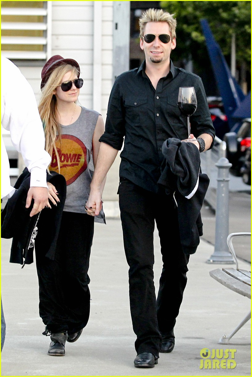 avril lavigne accompanies fiance chad kroeger on tour 04a