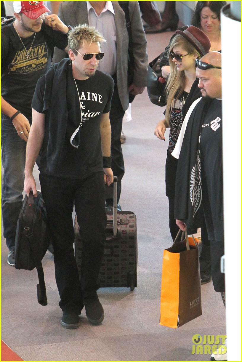 avril lavigne accompanies fiance chad kroeger on tour 12
