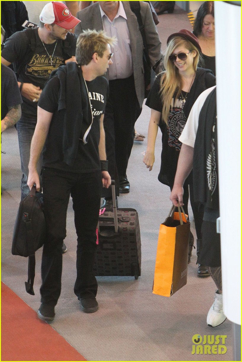 avril lavigne accompanies fiance chad kroeger on tour 14