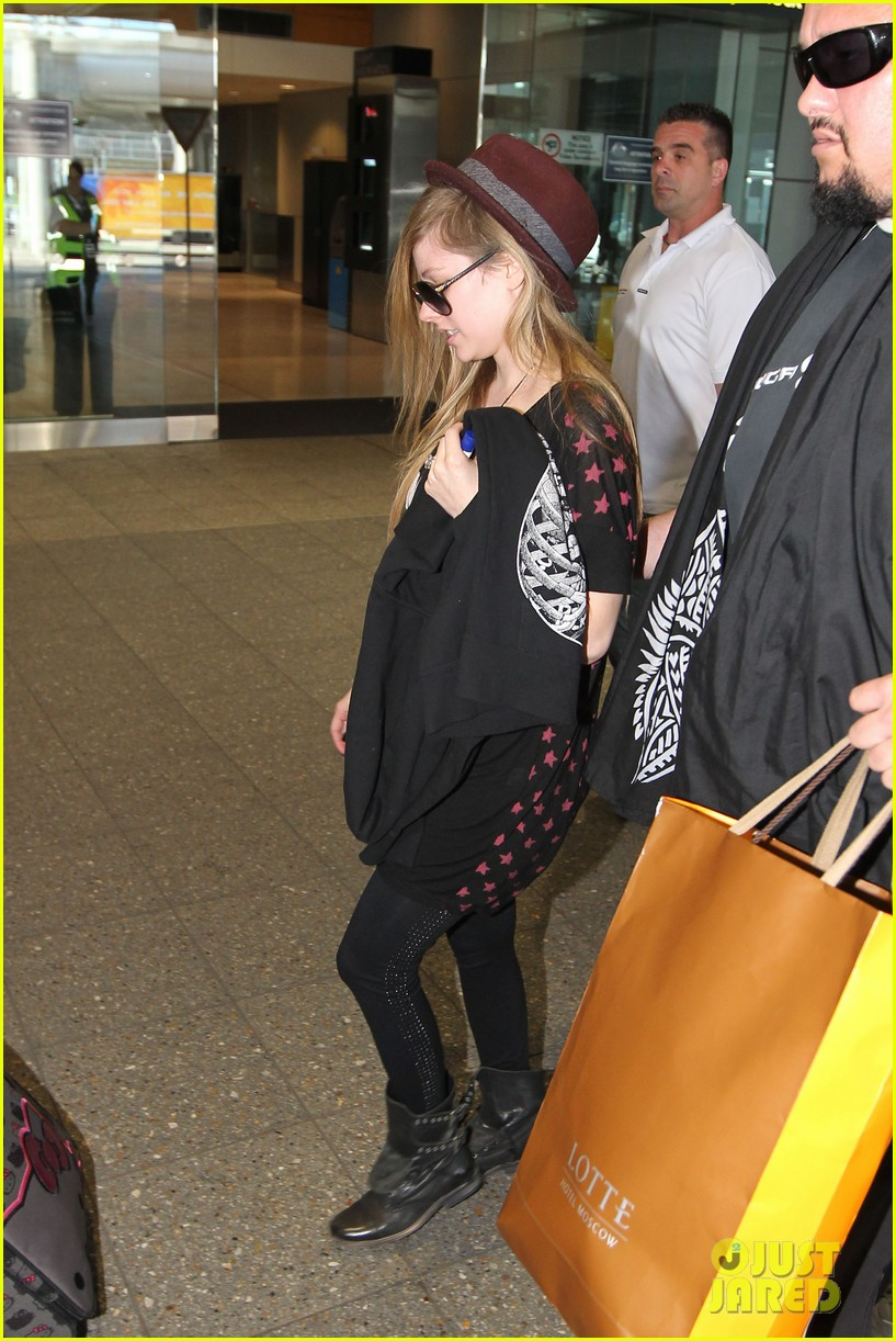 avril lavigne accompanies fiance chad kroeger on tour 30