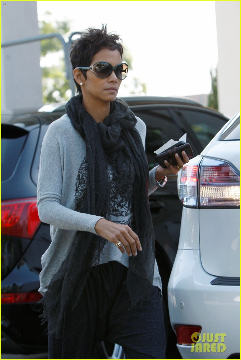 halle berry olivier martinez early thanksgiving party nahla aubry 02