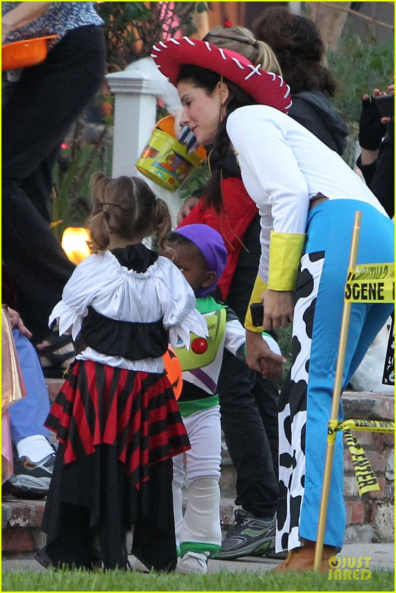 sandra bullock louis toy story halloween duo 06