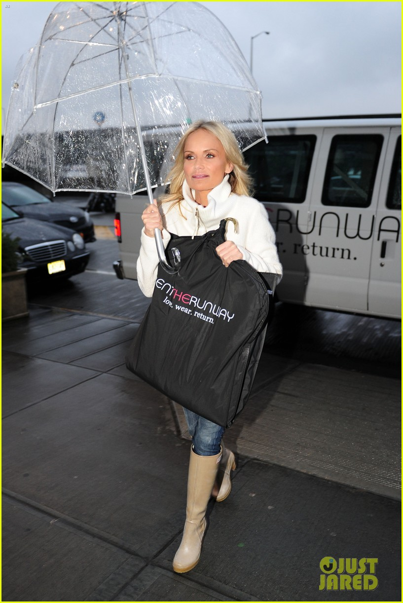 kristin chenoweth meets santa under the miseltoe 042765803