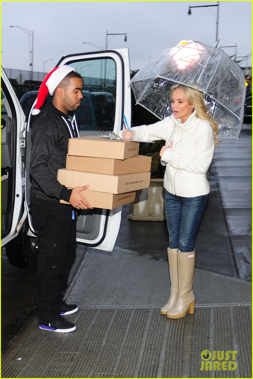kristin chenoweth meets santa under the miseltoe 052765804