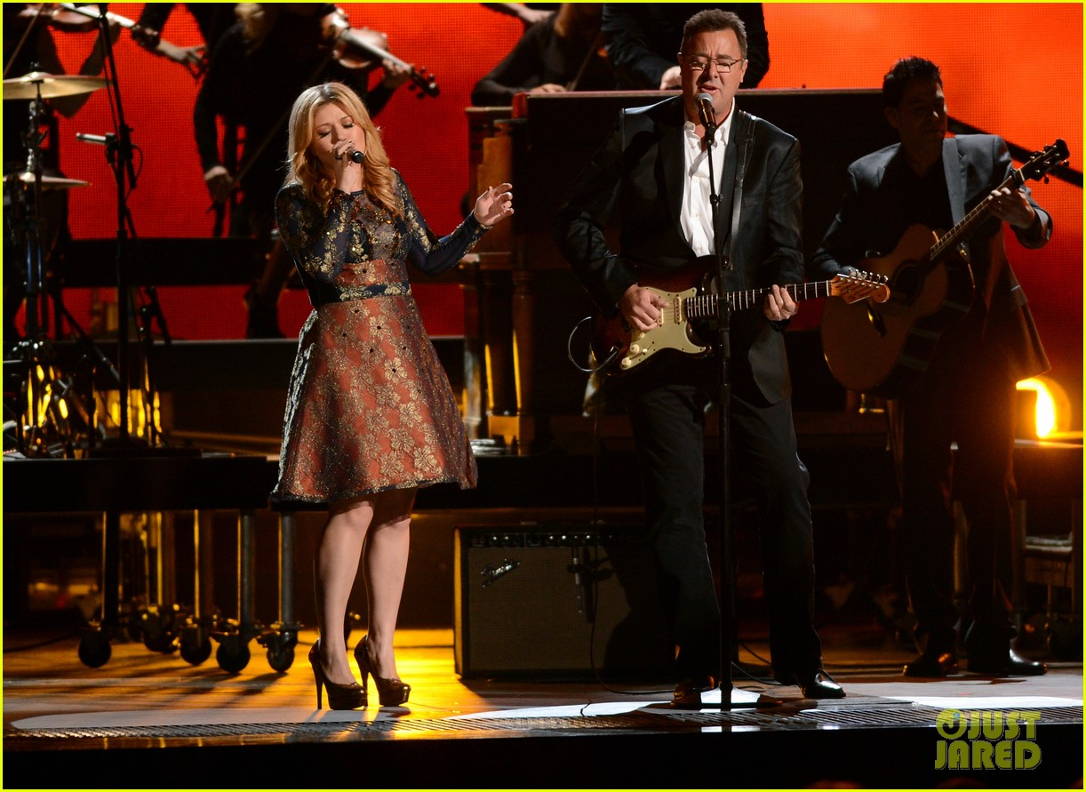 kelly clarkson live performance cmas 02