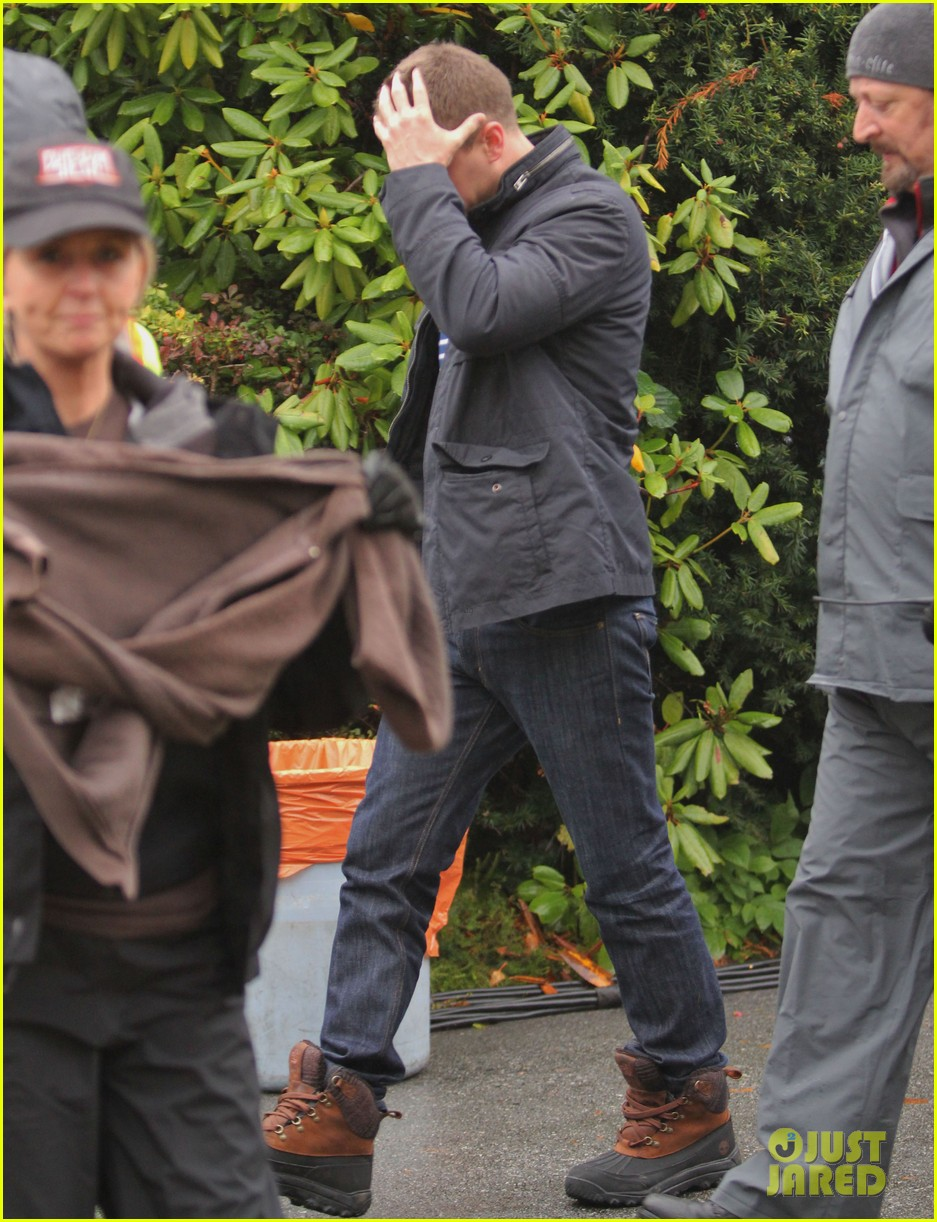 josh dallas protects ginnifer goodwin on once upon a time set 18