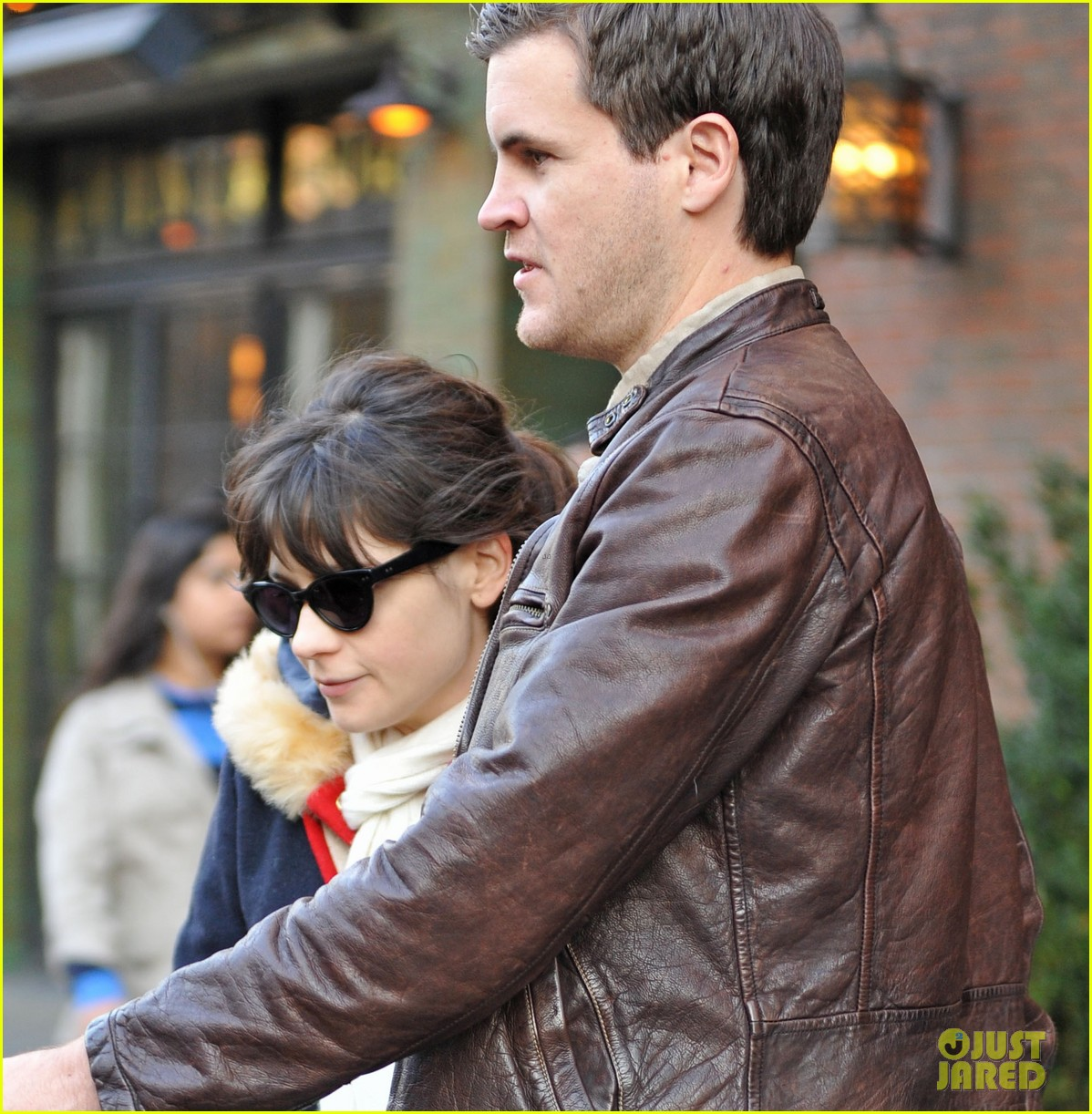 zooey deschanel jamie linden holding hands in nyc 04