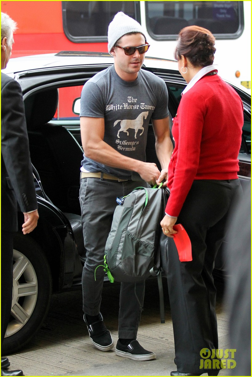 zac efron leaves rainy los angeles 13