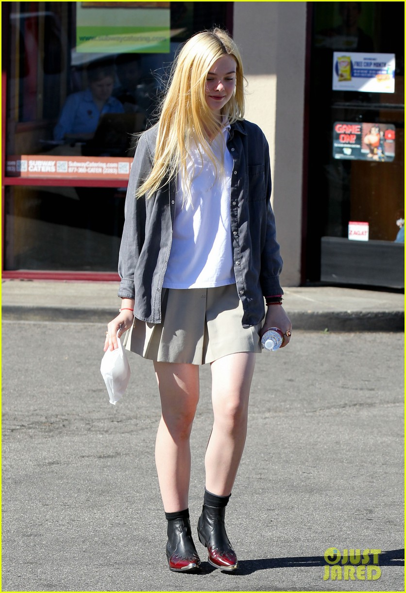 elle fanning showing some leg 032757794