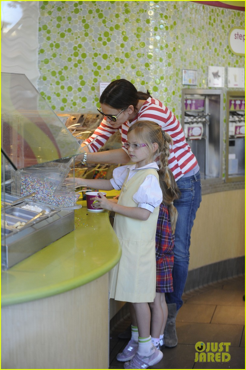 jennifer garner ice cream treat with violet seraphina 032751625