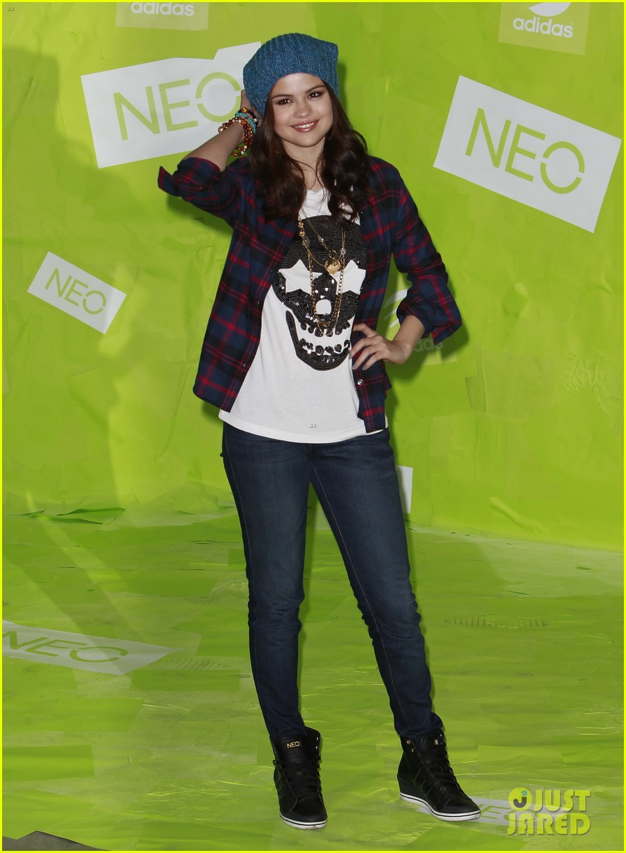 selena gomez thumbs up for neo photo call 03