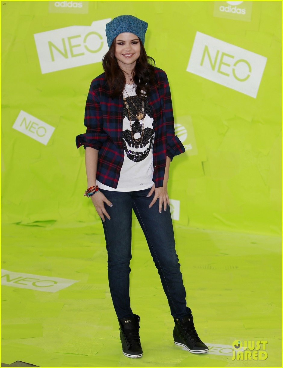 selena gomez thumbs up for neo photo call 15