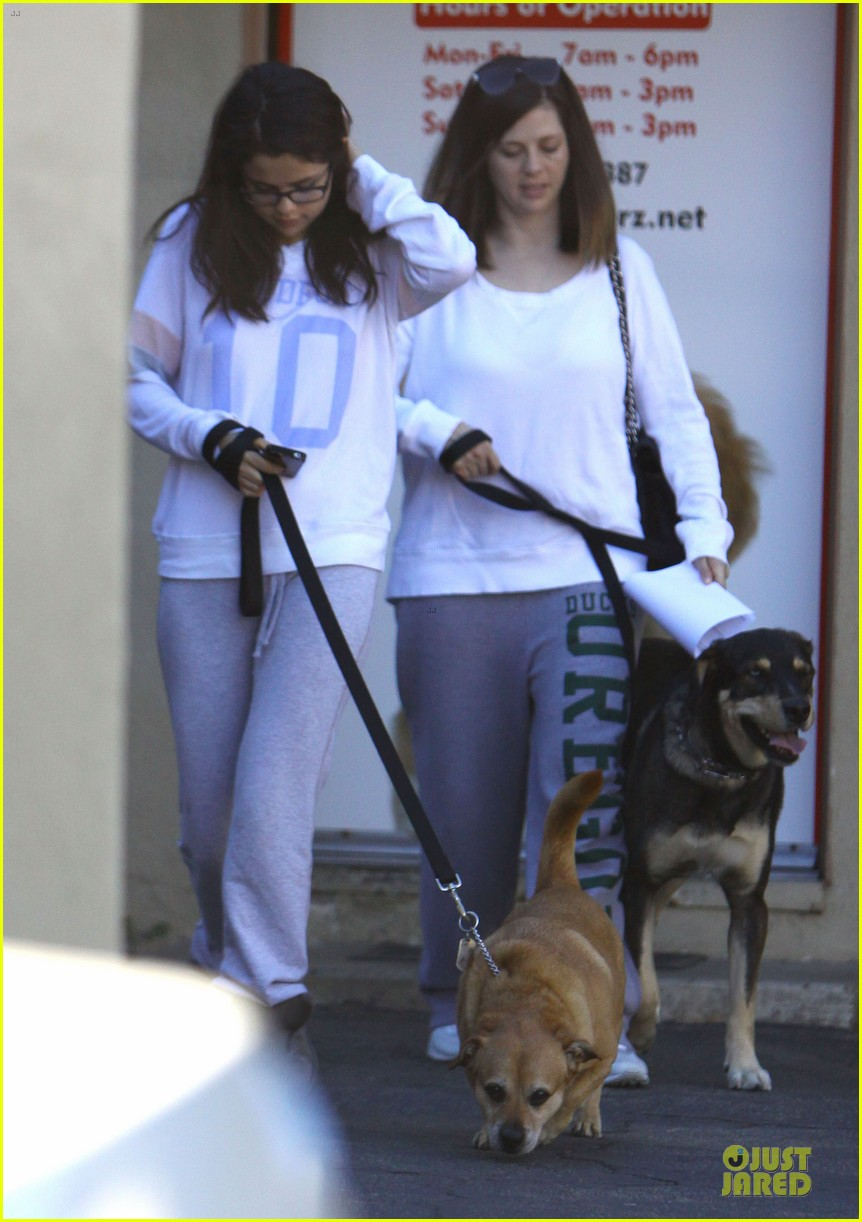 selena gomez vet stop with mother mandy 08