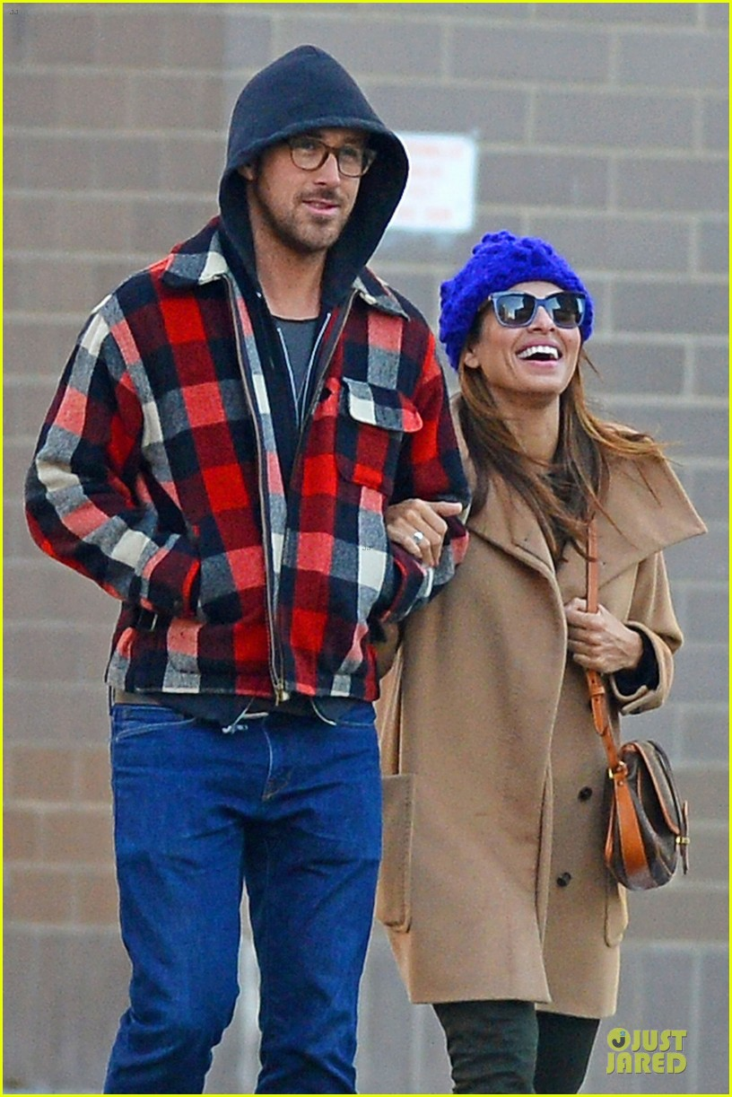 ryan gosling eva mendez thanksgiving stroll in new york city 04