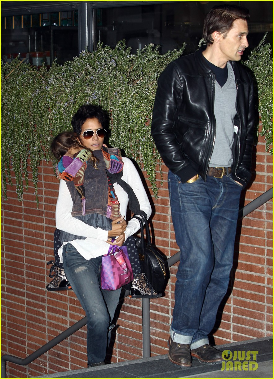 halle berry olivier martinez westfield mall shoppers052758902