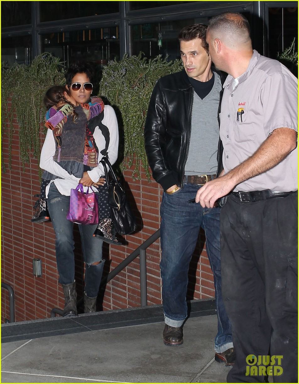 halle berry olivier martinez westfield mall shoppers06