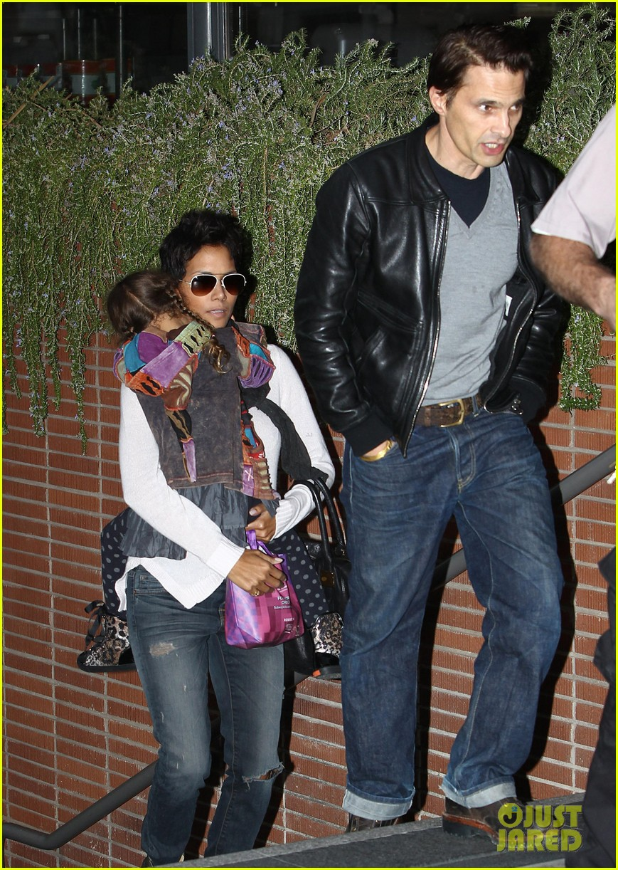 halle berry olivier martinez westfield mall shoppers142758911