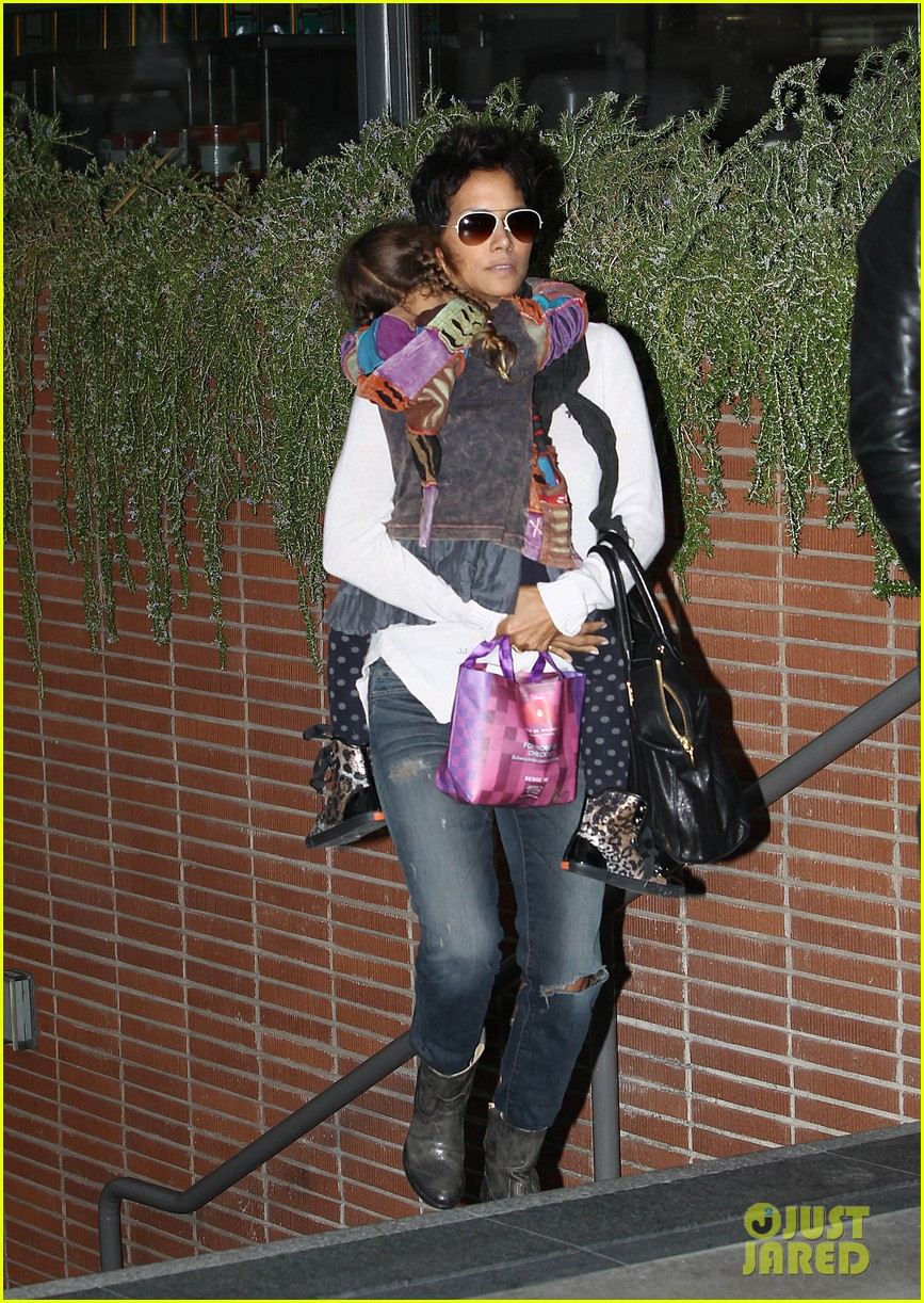 halle berry olivier martinez westfield mall shoppers15