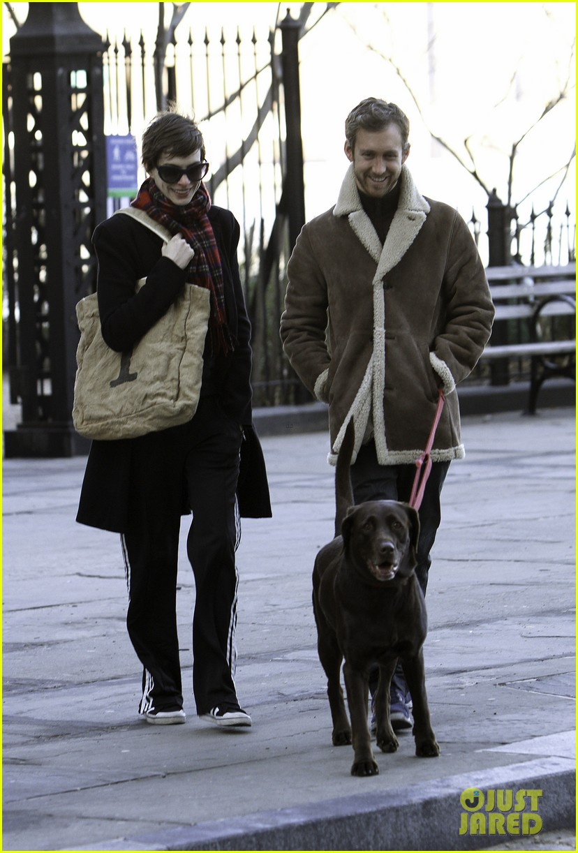 anne hathaway thanksgiving walk 05