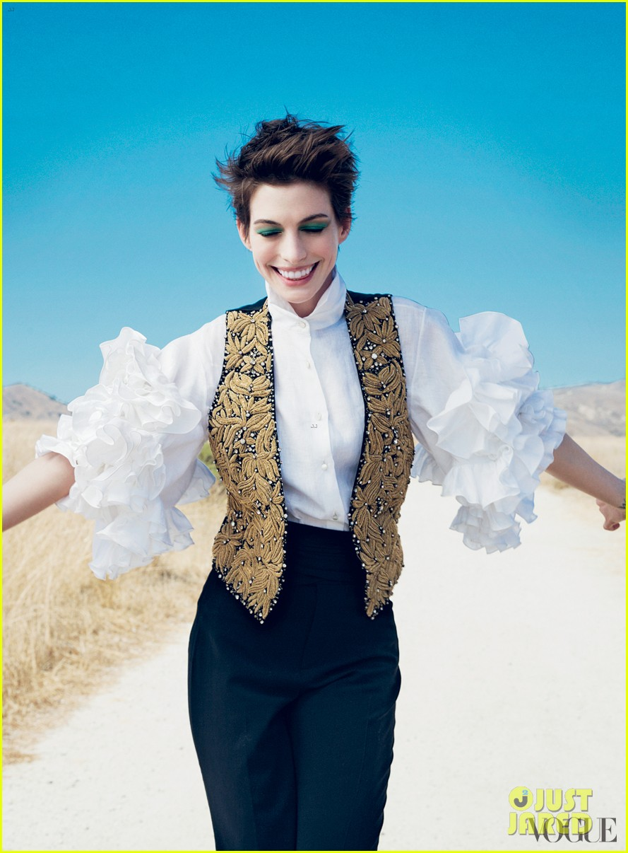 anne hathaway covers vogue december 2012 02