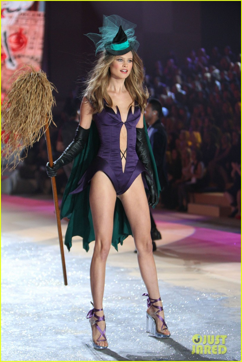 erin heatherton behati prinsloo victorias secret fashion show 2012 25