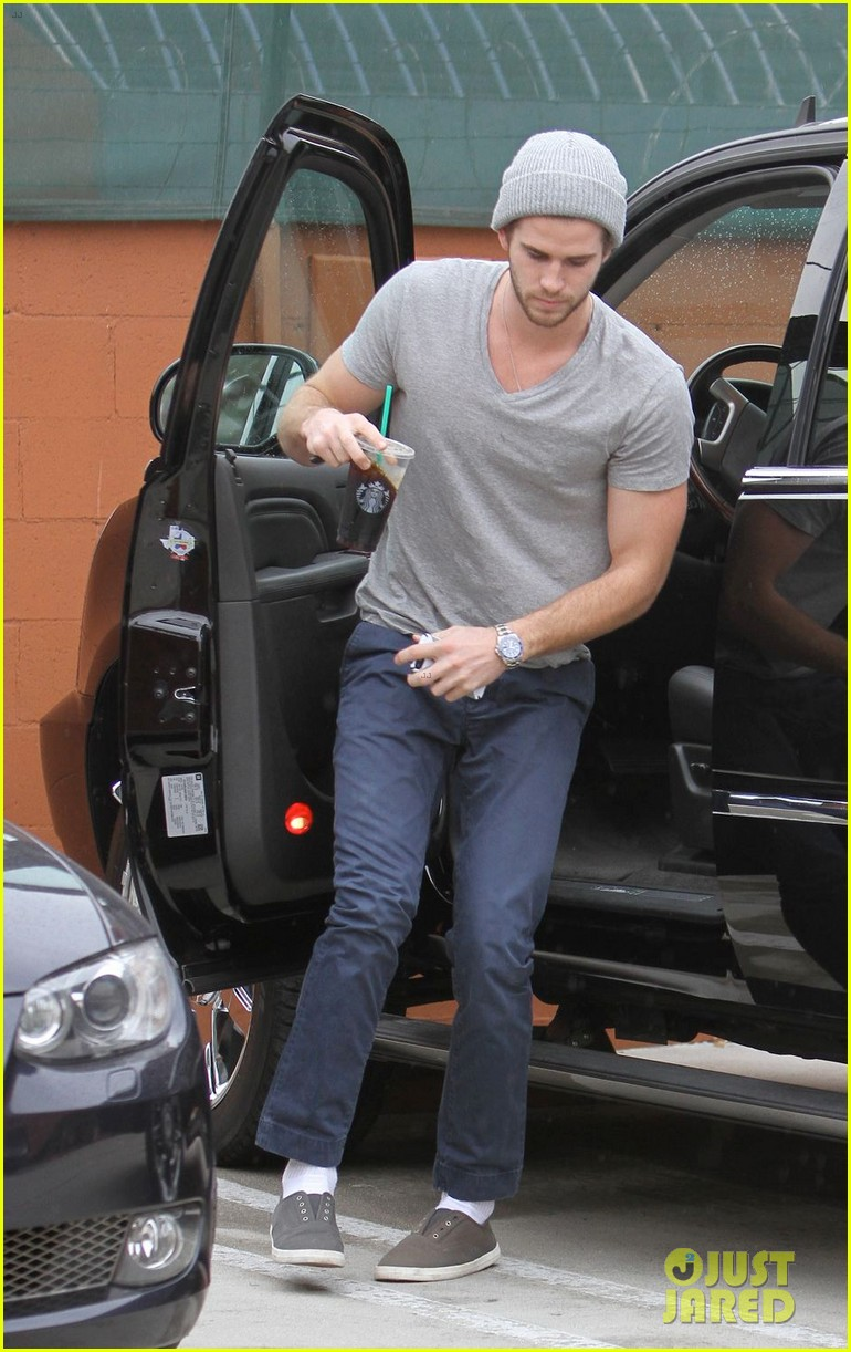 liam hemsworth flies the skies solo in los angeles 05