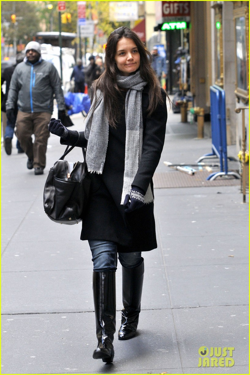 katie holmes snowy dead accounts arrival 03