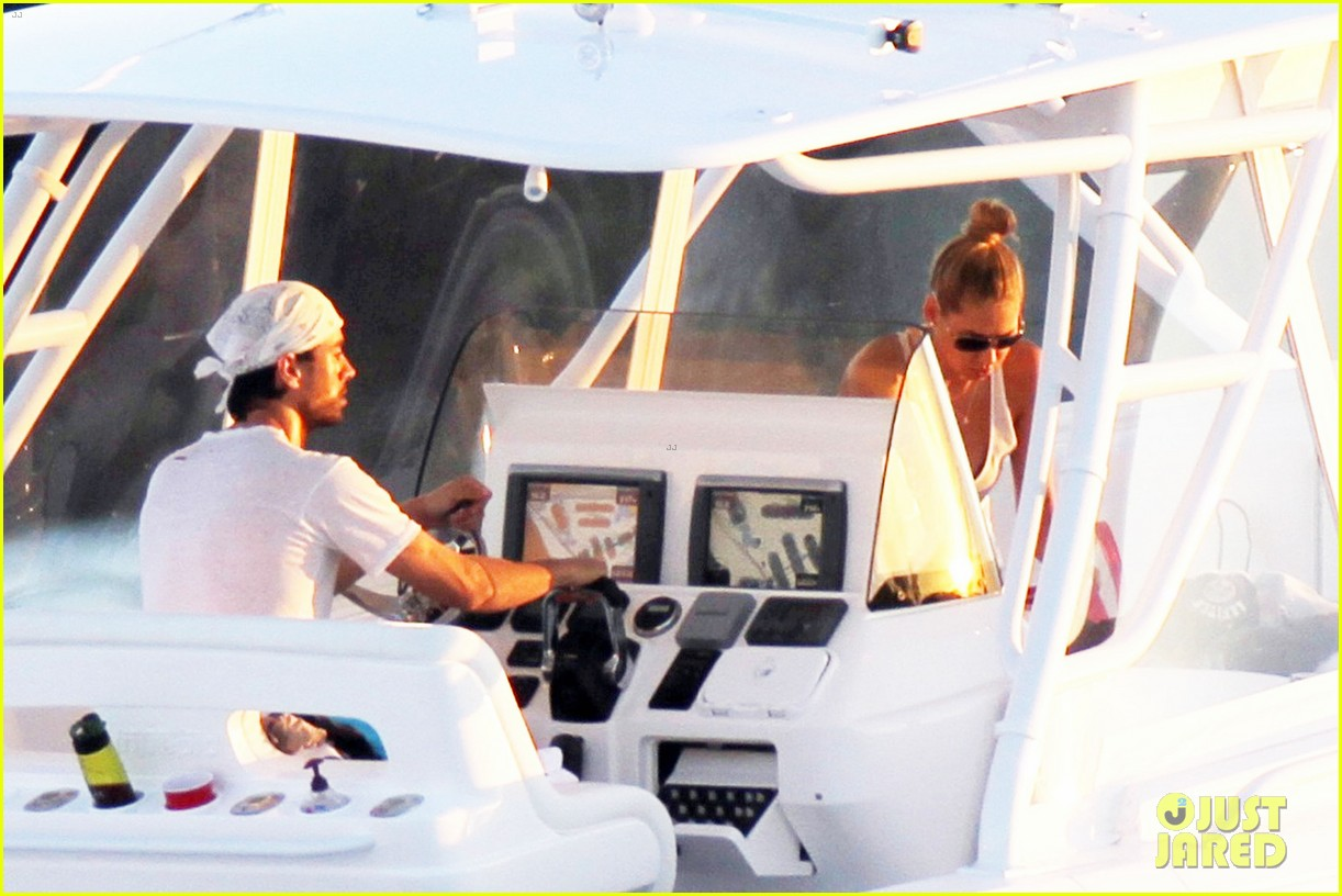 enrique iglesias miami boat ride with anna kournikova 05