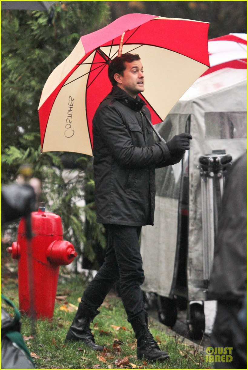 joshua jackson rainy fringe set 01