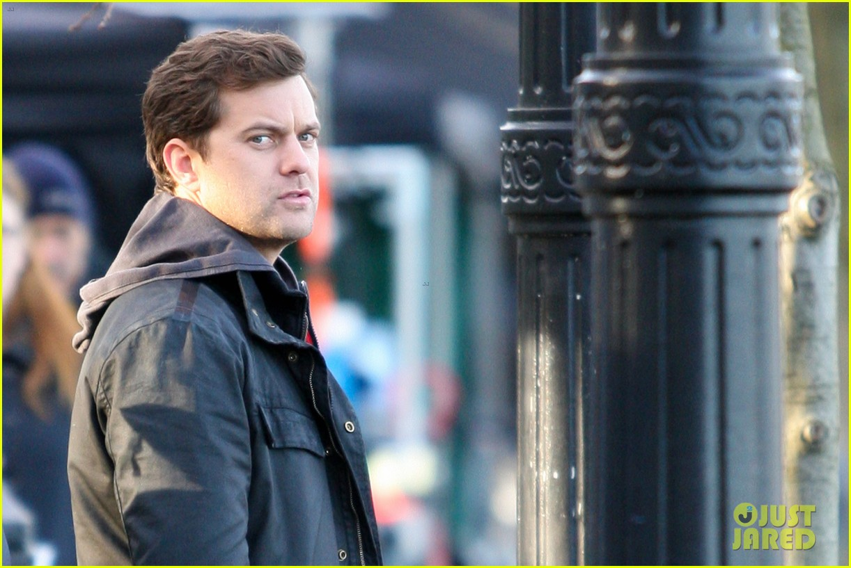 joshua jackson back to work on fringe after vacay 09