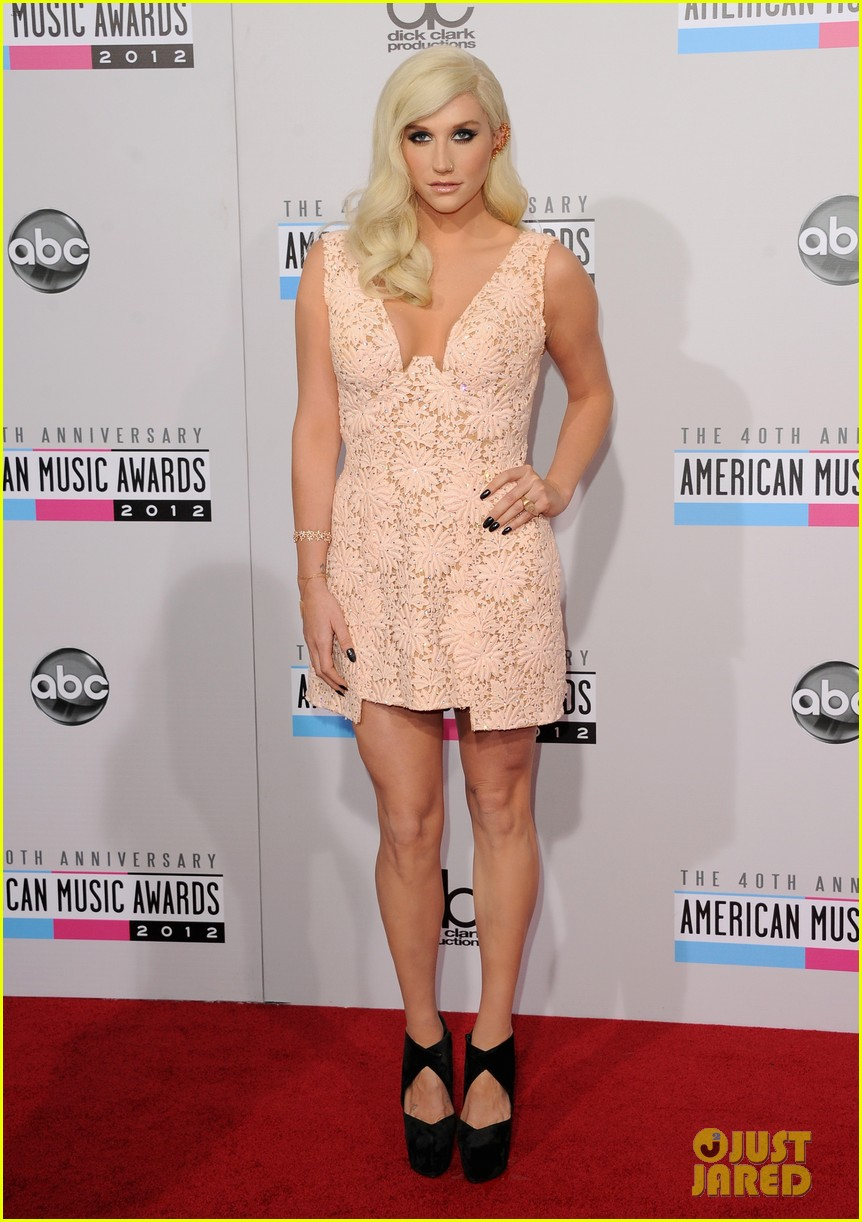 kesha amas 2012 red carpet 04