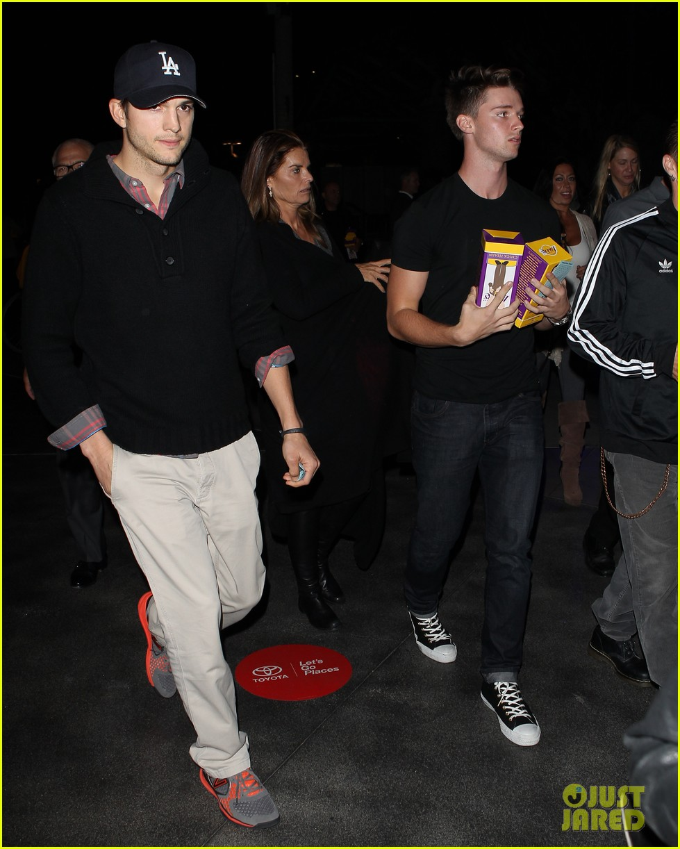 ashton kutcher lakers game with kaley cuoco 03