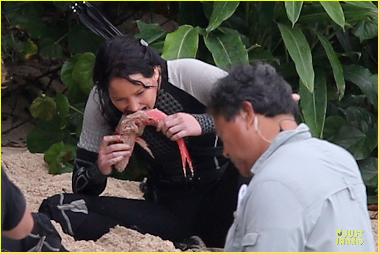 jennifer lawrence fish eating on hunger games set 13