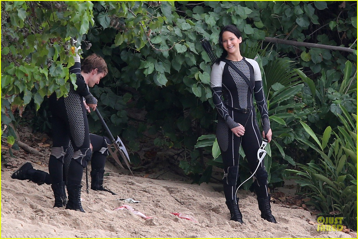 jennifer lawrence fish eating on hunger games set 15