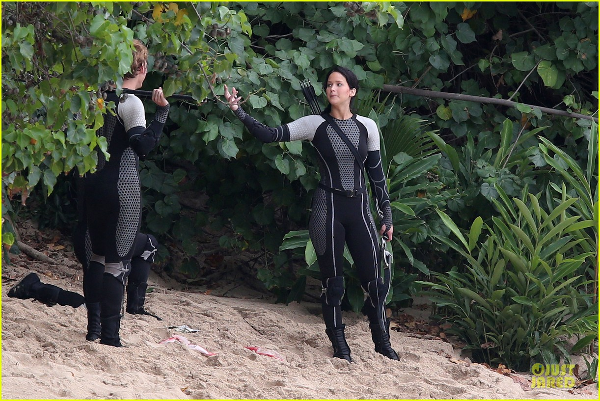 jennifer lawrence fish eating on hunger games set 16