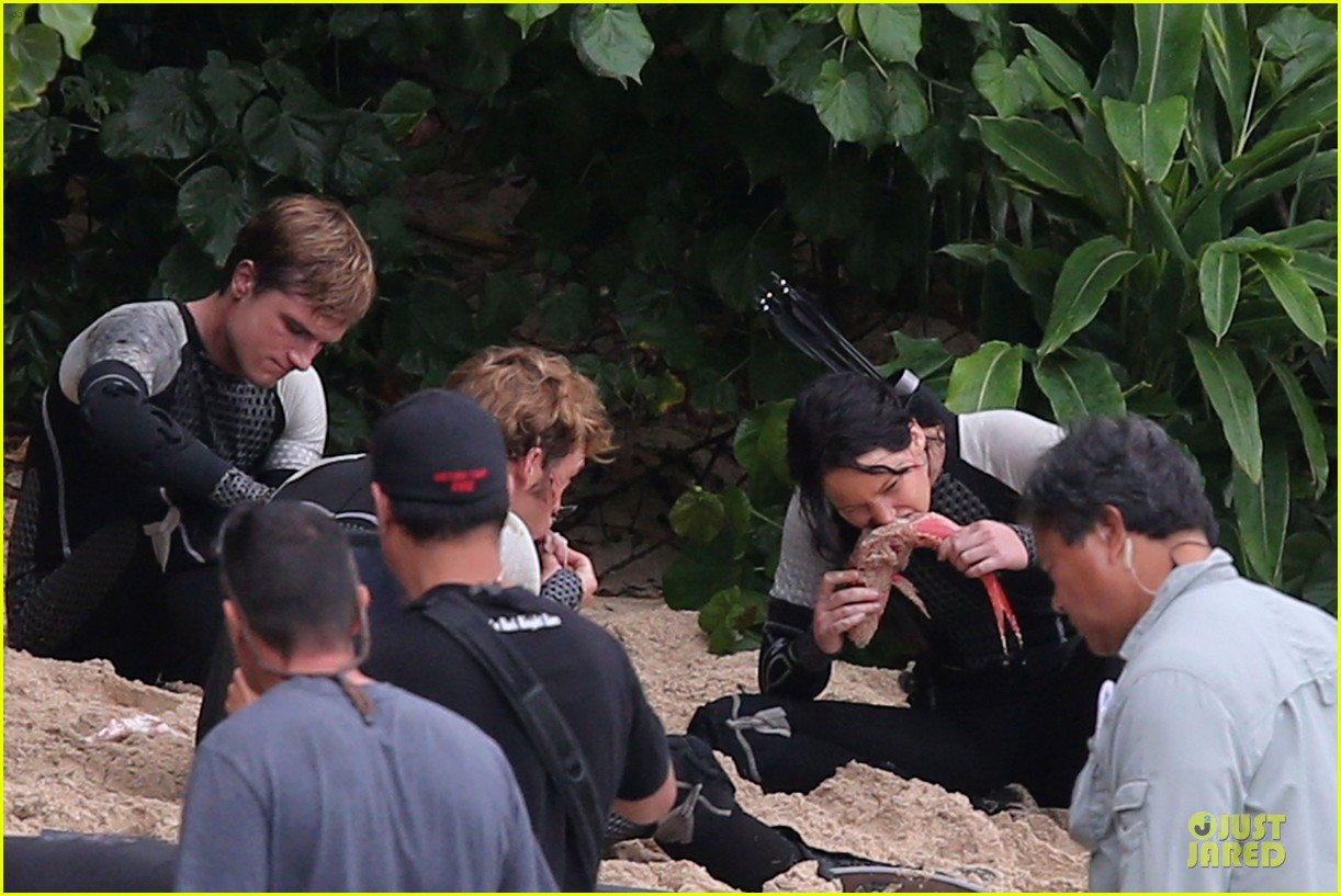 jennifer lawrence fish eating on hunger games set 22