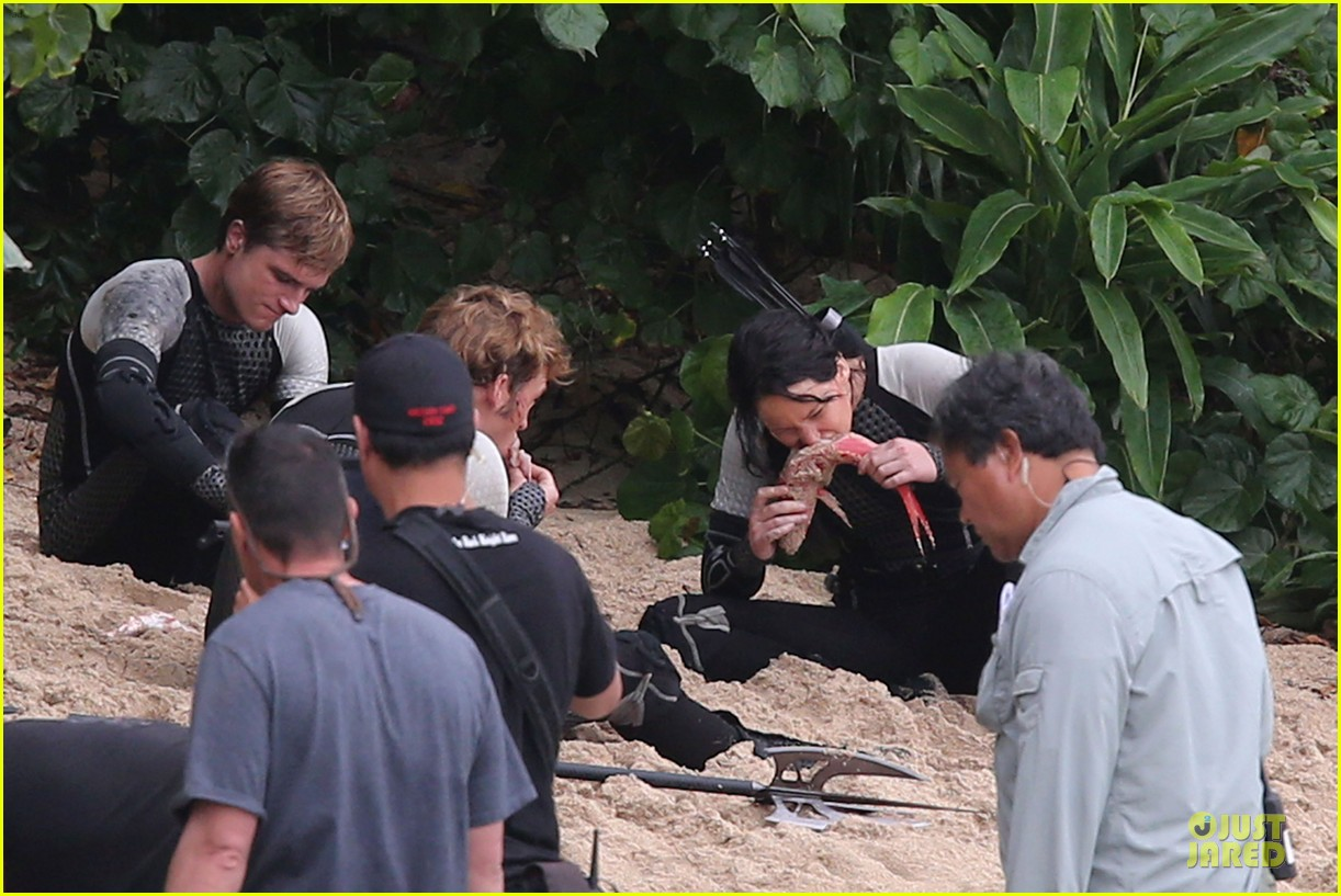 jennifer lawrence fish eating on hunger games set 232765097