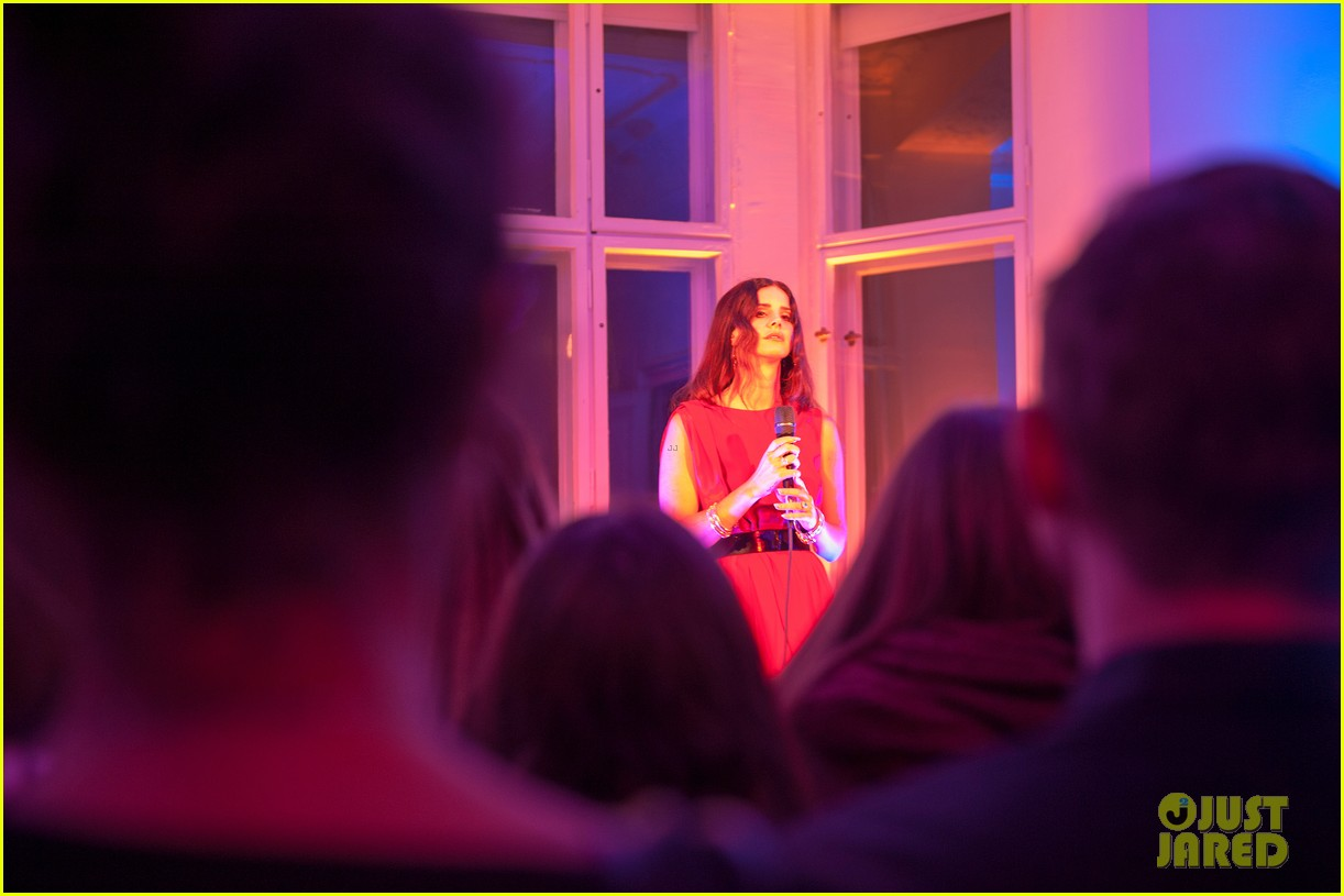 lana del rey hm berlin showroom concert 06