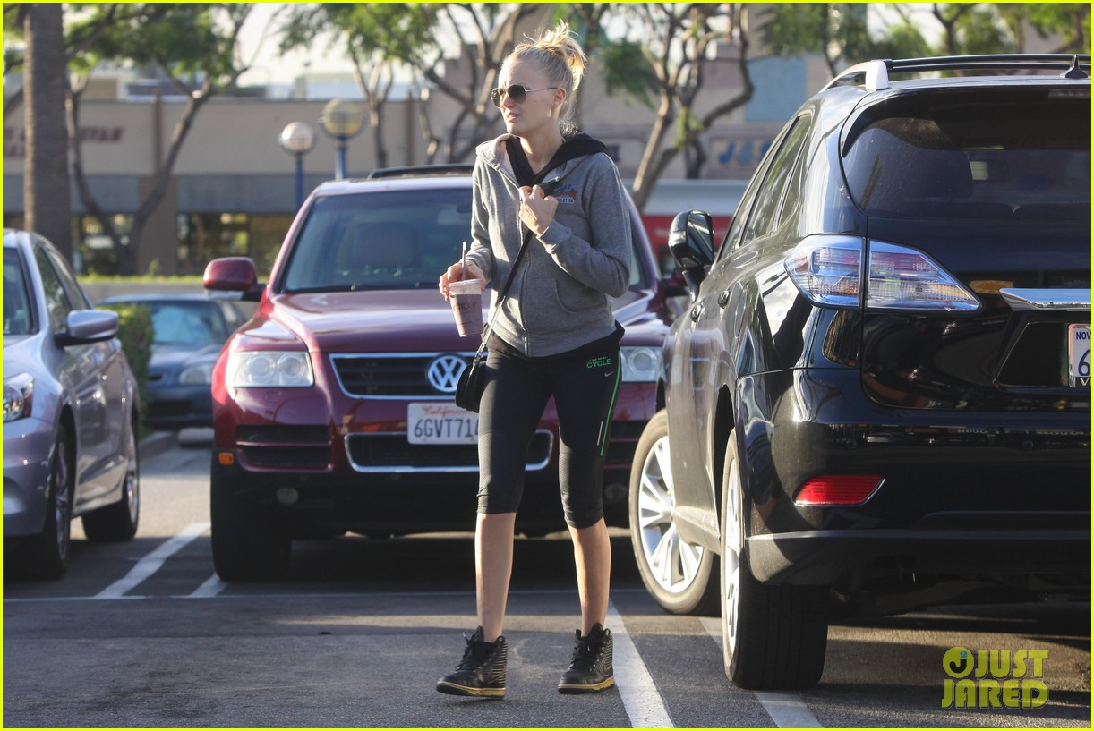 malin akerman whole foods baby bump 04