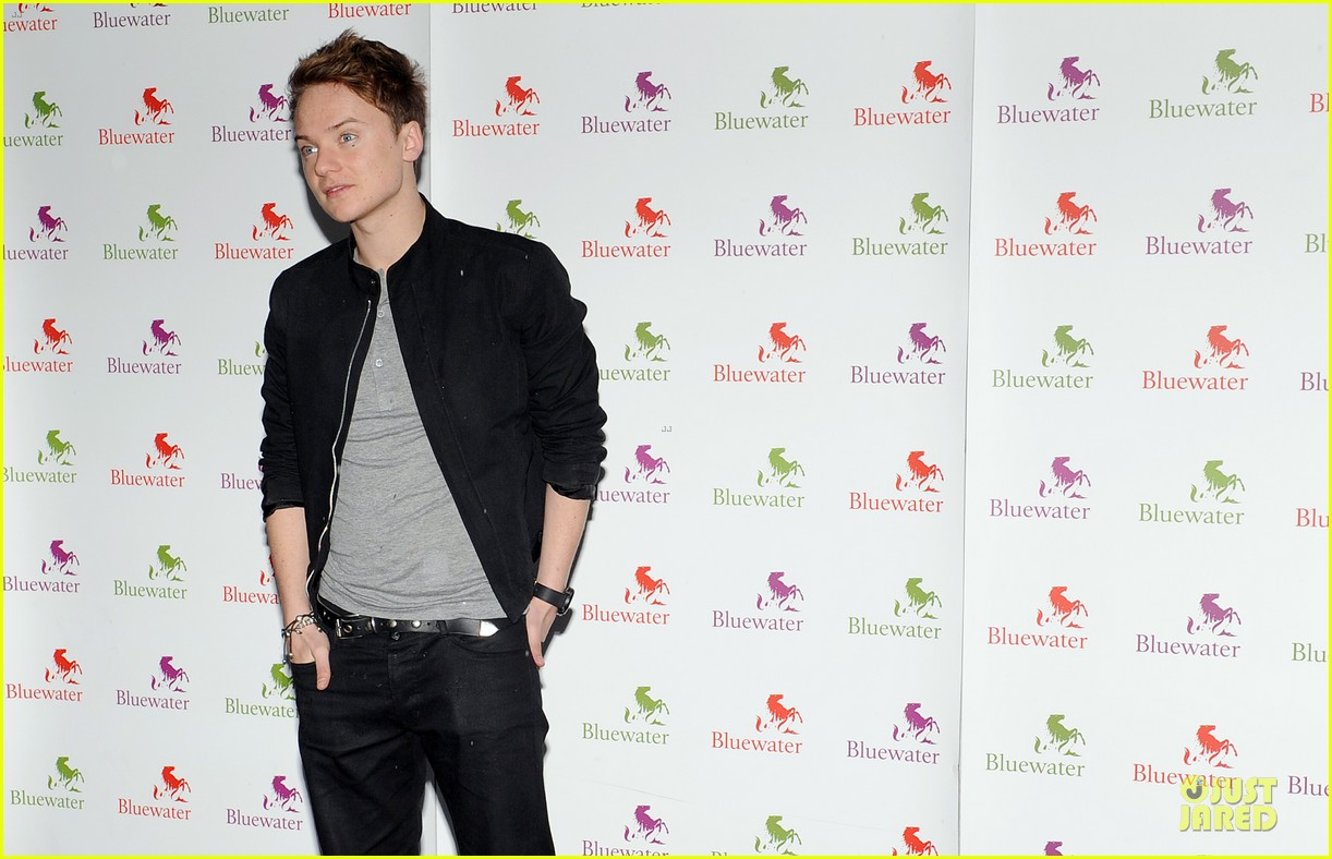 conor maynard blue water christmas lights performer 06