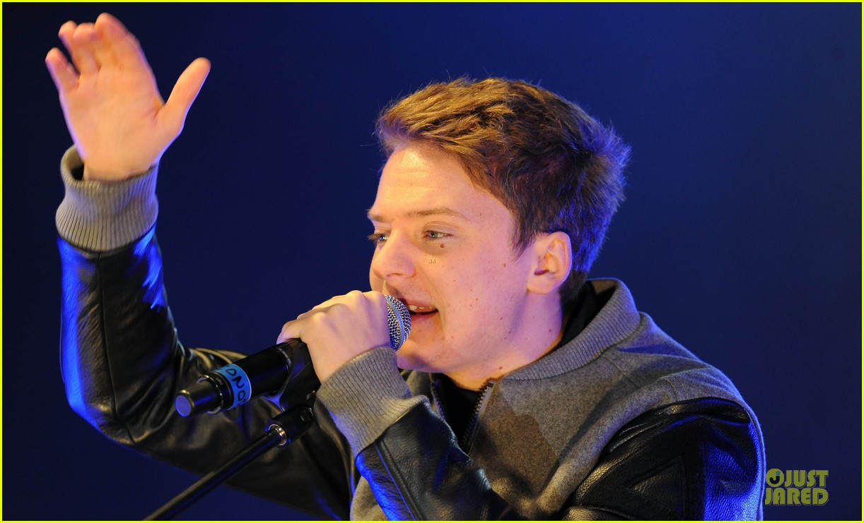 conor maynard blue water christmas lights performer 182759570