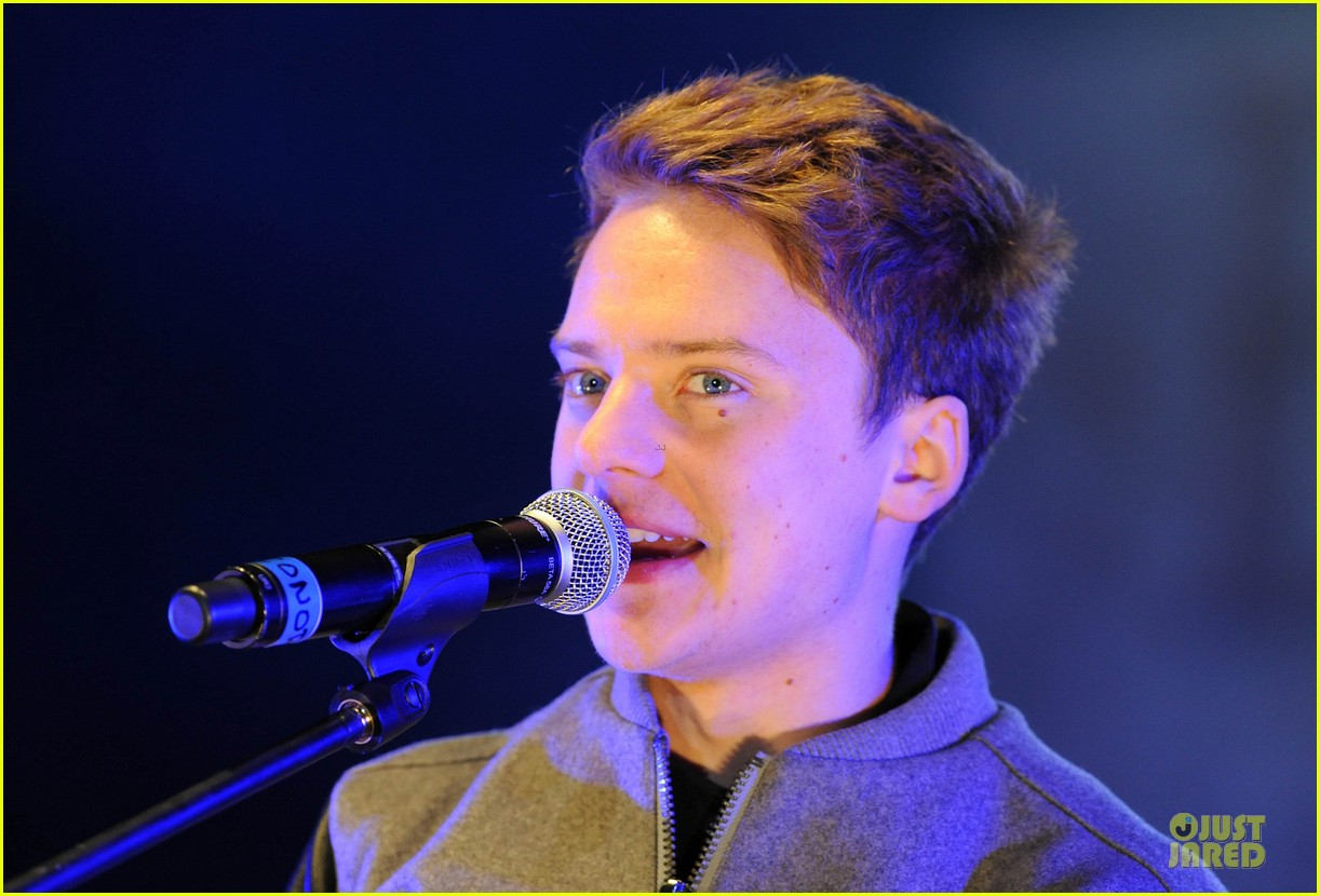 conor maynard blue water christmas lights performer 20