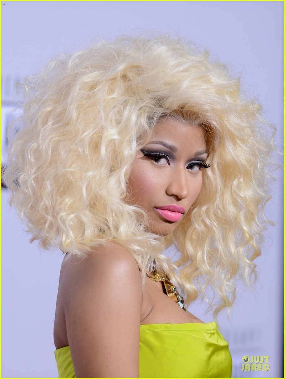 nicki minaj wins favorite rap hip hop album at amas 09