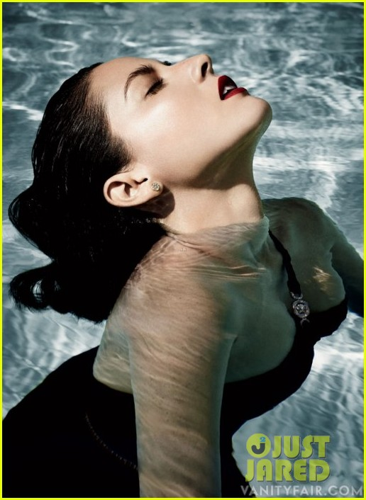 olivia munn vanity fair poolside photo shoot 02