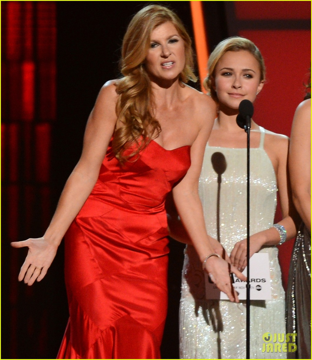 hayden panettiere connie britton cma awards 2012 presenters 01