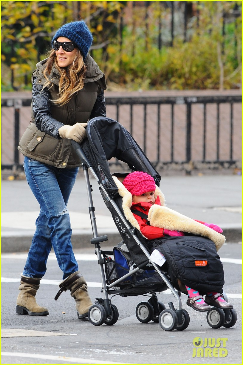 sarah jessica parker rainy day walk with twins 03