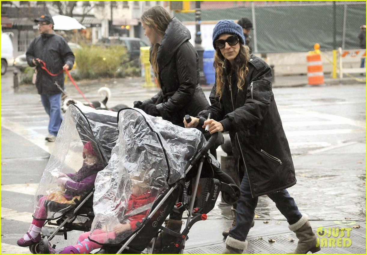 sarah jessica parker rainy day walk with twins 04