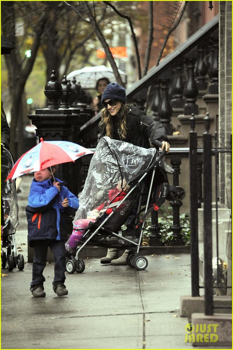 sarah jessica parker rainy day walk with twins 09