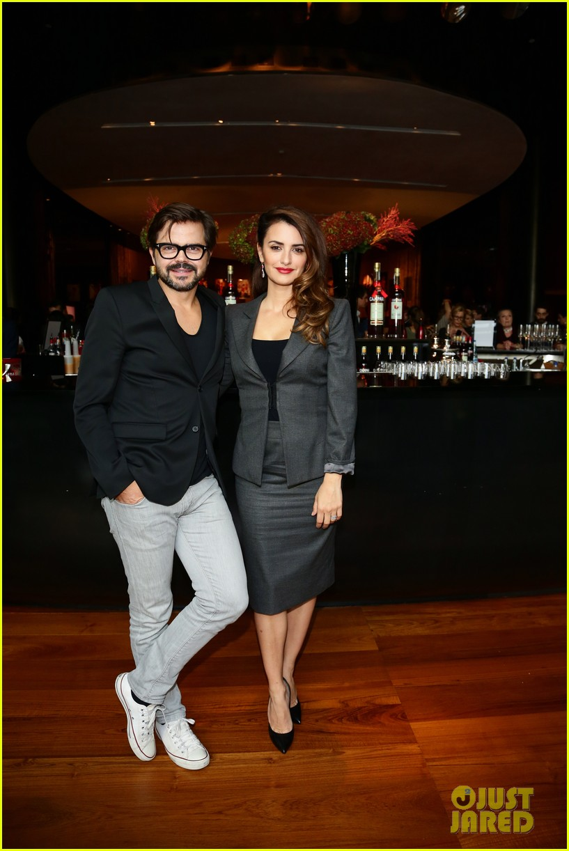 penlope cruz campari calendar unveiling press conference 06
