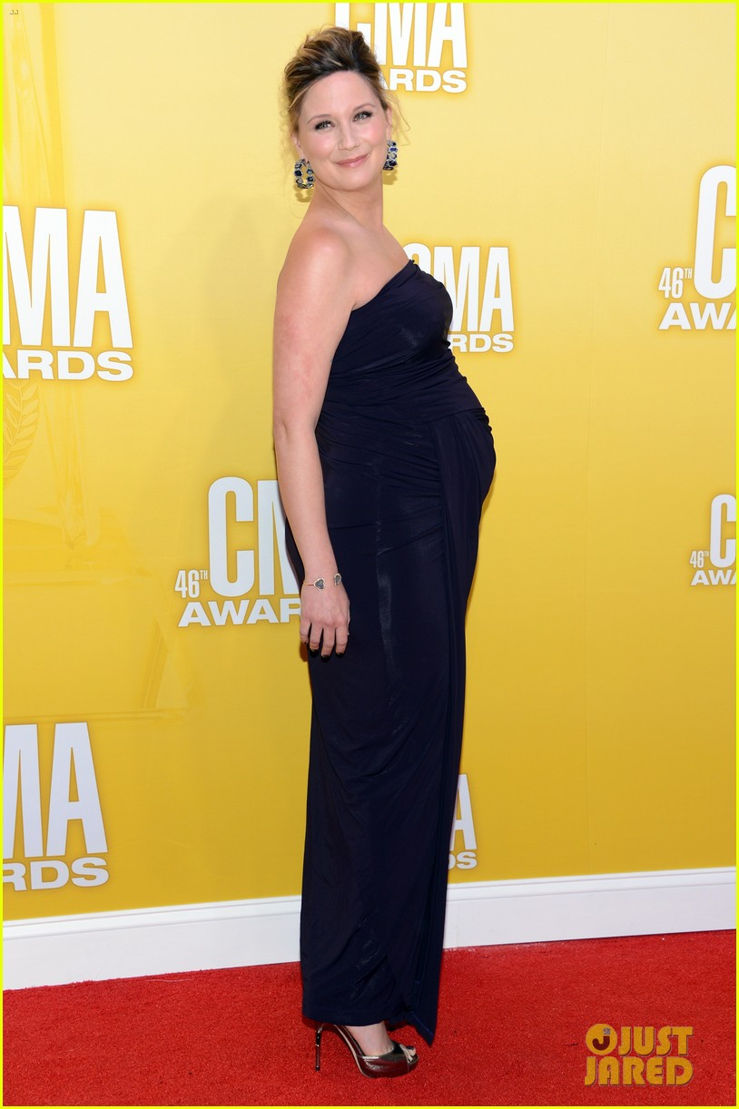 kellie pickler cma awards 2012 red carpet 08